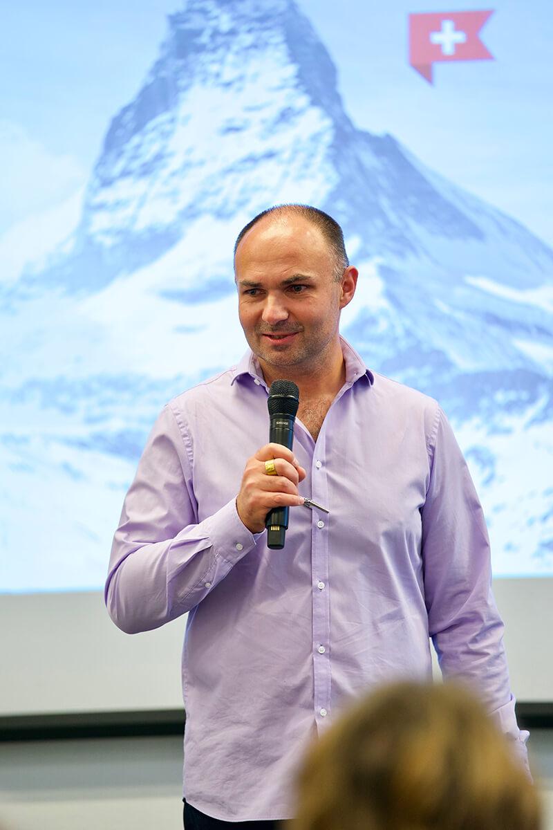 Mann bei der Präsentation