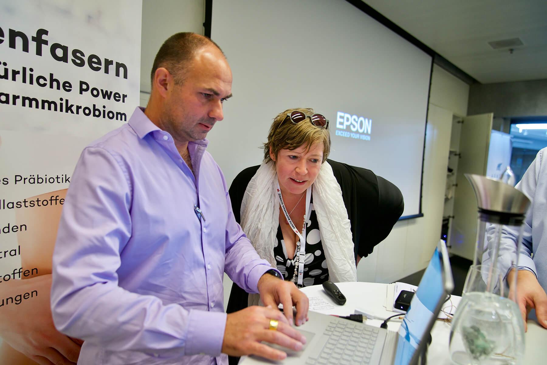 Mann und Frau schauen auf den Laptop